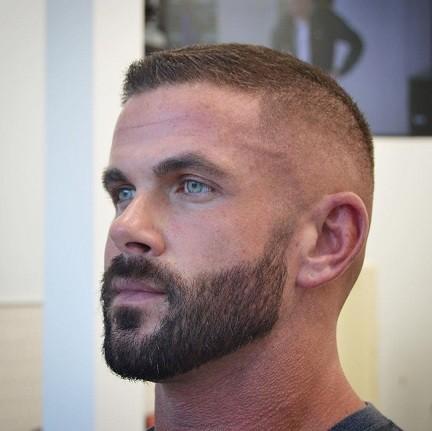 بالای مو کوتاه است + کنار مو محو میشود